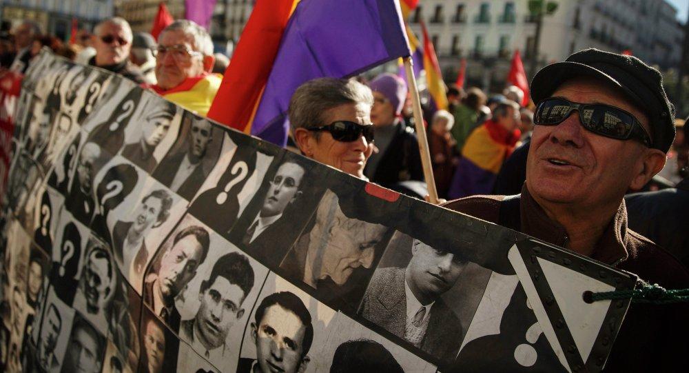 Los manifestantes con las imagenes de las víctimas de la dictadura franquista en Madrid (archivo)