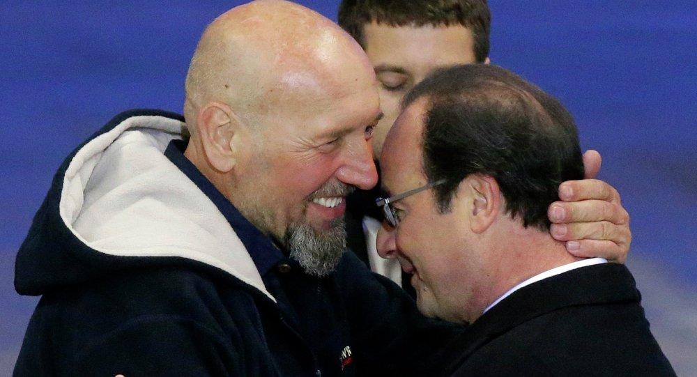 Президент Франции Франсуа Олланд и Серж Лазаревич, три года назад захваченный в Мали