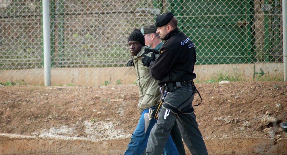 Agentes de la Guardia Civil escoltan a un inmigrante ilegal en Melilla