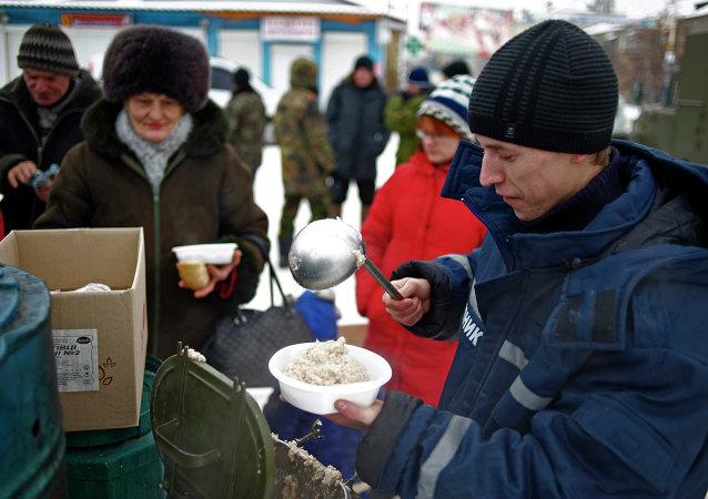 Distribución de la comida caliente a la población de Lugansk