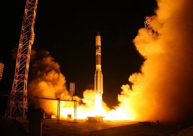 Bloque acelerador Briz-M con satélite turco se separa del Protón-M ruso