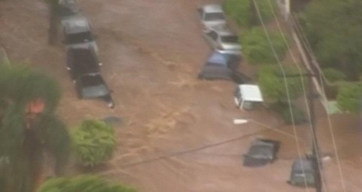 Las potentes corrientes de agua barrían camiones durante las fuertes inundaciones en Sao Paulo