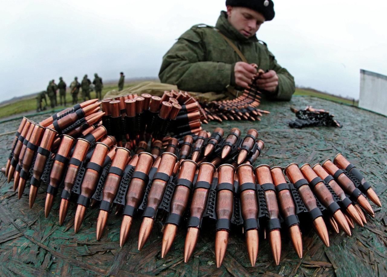 Военнослужащий заряжает патроны в оружейную ленту на учениях морских пехотинцев береговых войск Балтийского флота