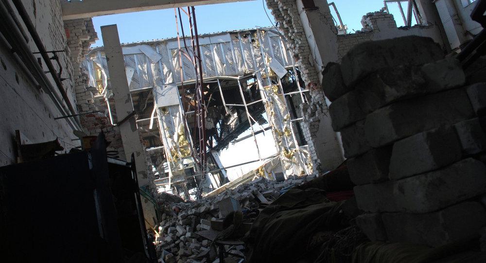 Разрушенное здание аэропорта города Донецка