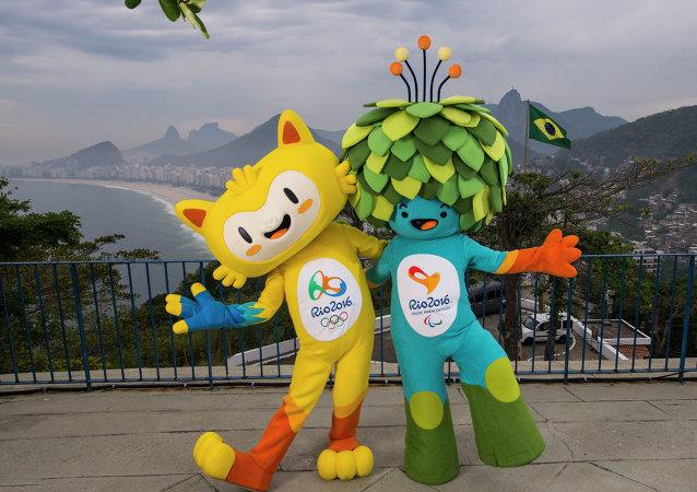 Mascotas de los Juegos Olímpicos en Río de 2016 fotografiados en la playa de Copacabana