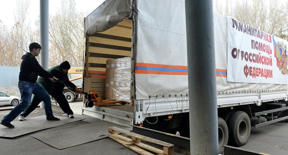 Разгрузка автомобилей с российской гуманитарной помощью в Донецке