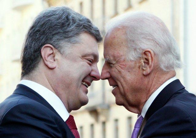Joseph Biden, vicepresidente de EEUU, y Petró Poroshenko, presidente de Ucrania