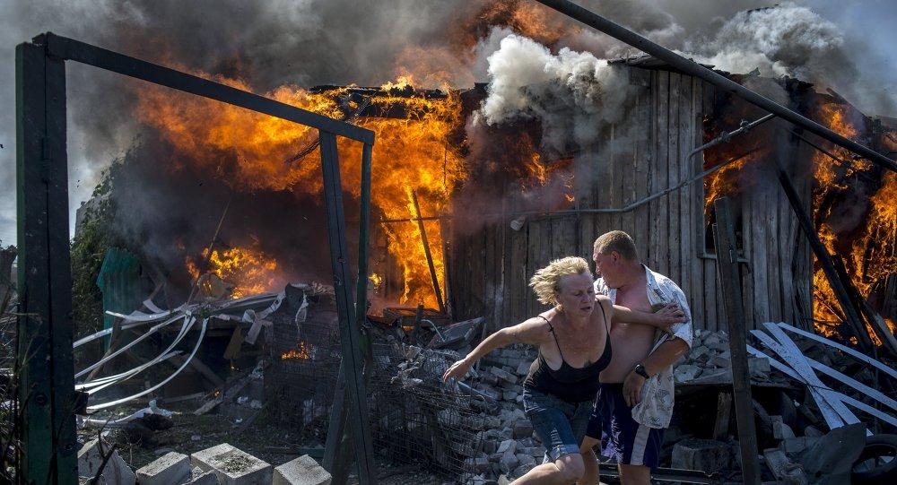 Vecinos del poblado de Lugánskaya, en Donbás, salvándose de un incendio provocado por bombardeos aéreos ucranianos (archivo)