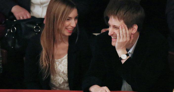 El exagente de inteligencia de EEUU, Edward Snowden, y su novia Lindsay Mills, en un teatro de Moscú. La foto fue tomada a principios de septiembre