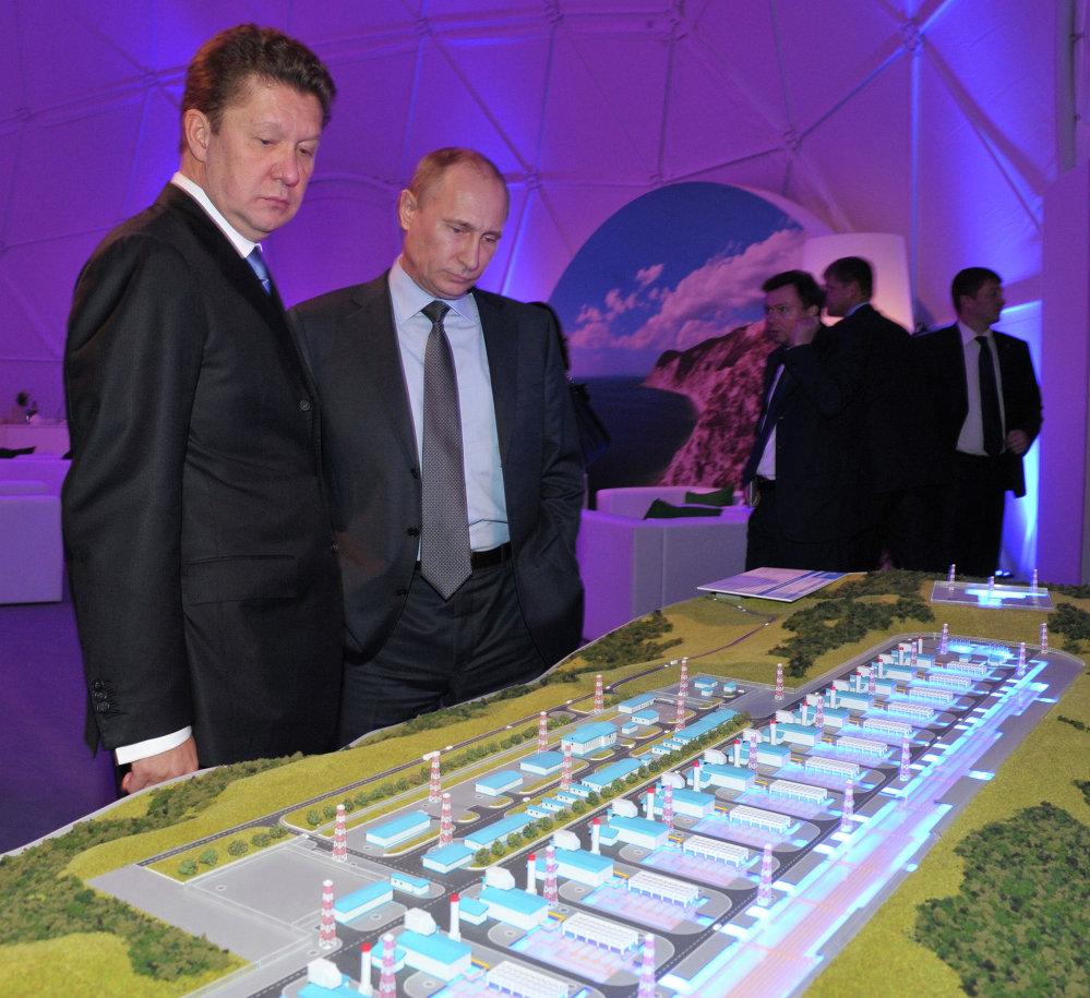Президент России Владимир Путин и председатель правления ОАО Газпром Алексей Миллер у макета перед началом торжественного запуска проекта по строительству газопровода Южный поток
