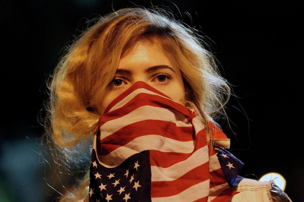Девушка во время митинга возле штаб-квартиры департамента полиции Лос-Анджелеса