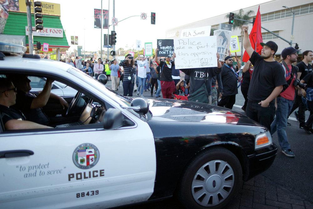Протестующие против оправдательного приговора полицейскому Уилсону в Лос-Анджелесе