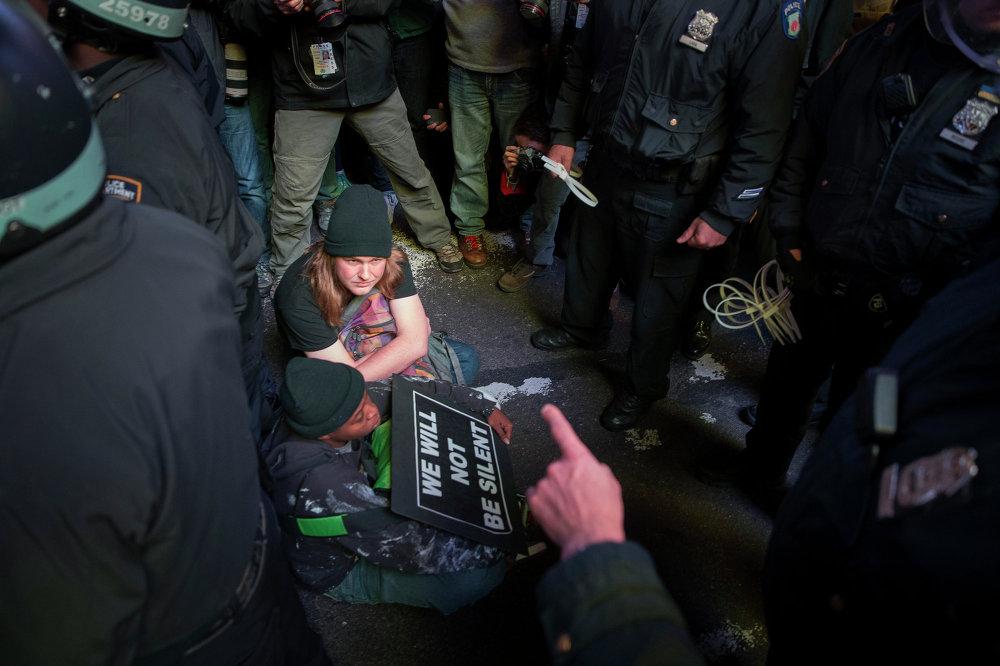 Задержанные полицией протестующие на площади Таймс-Сквер в Нью-Йорке