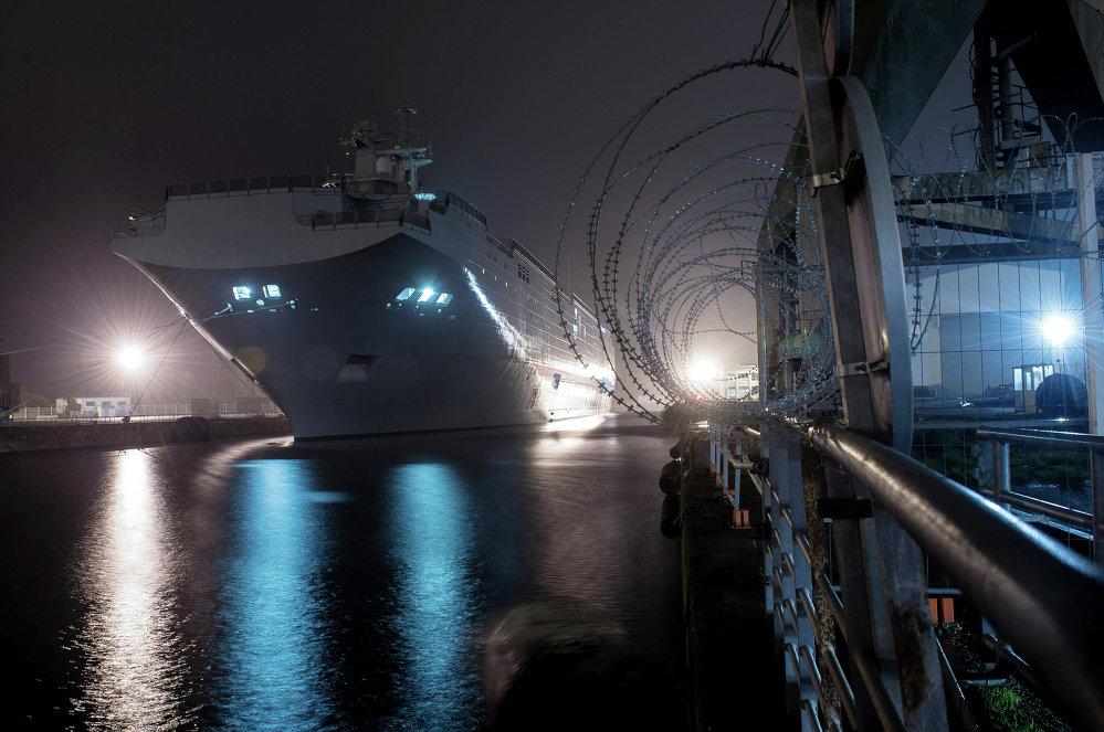 Десантный вертолетоносный корабль-док Владивосток типа Мистраль на судостроительном заводе фирмы STX Europe в городе Сен-Назер