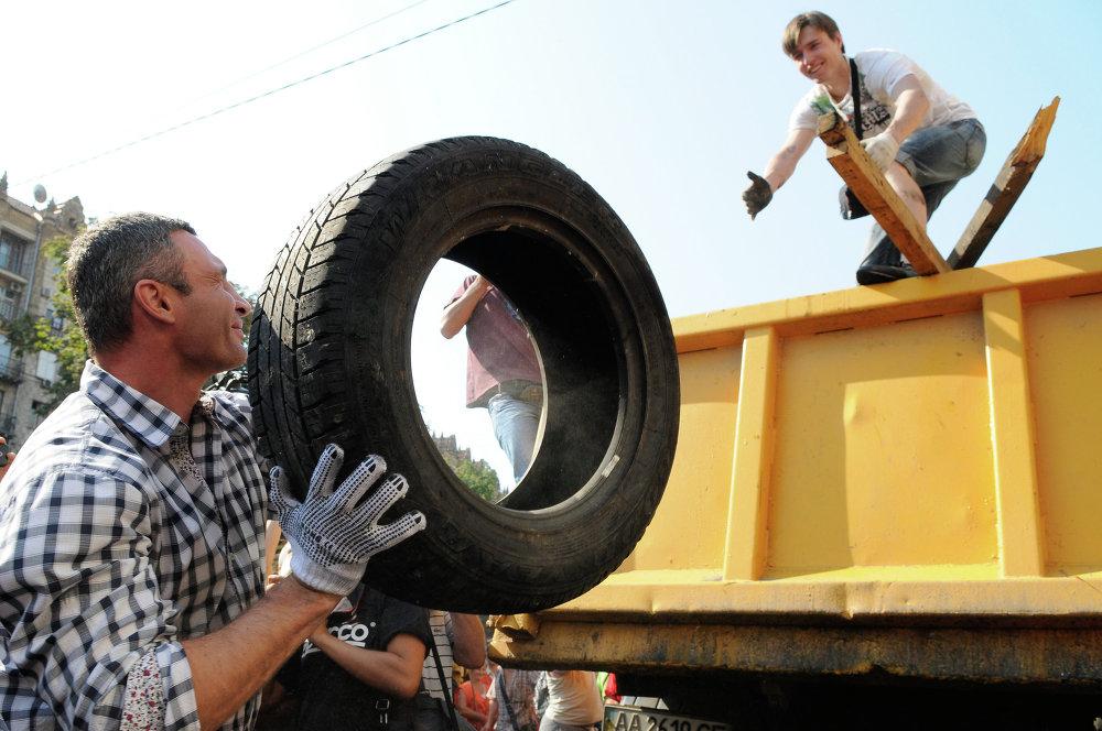 Мэр Киева Виталий Кличко во время разбира баррикады на площади Независимости в Киеве