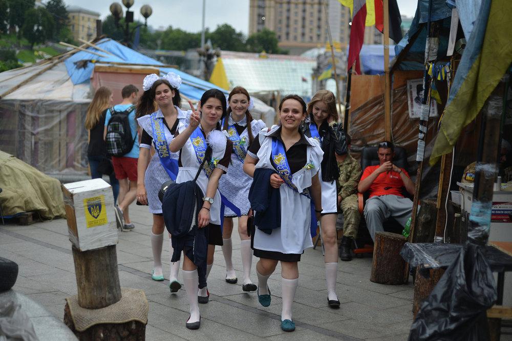 Выпускницы школ на Площади Независимости в Киеве