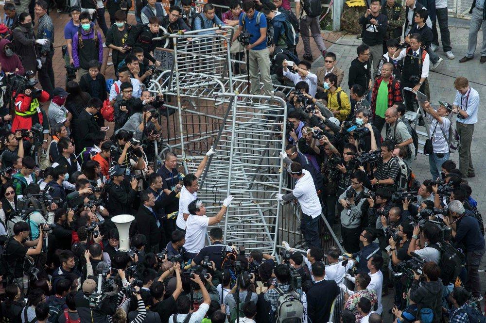 Строители пытаются демонтировать баррикады