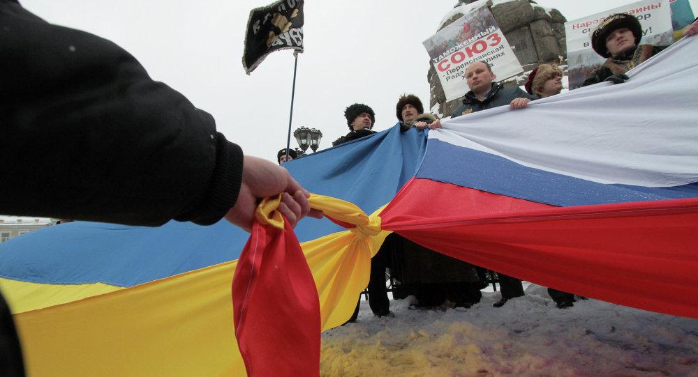 Banderas rusa y ucraniana atadas entre sí