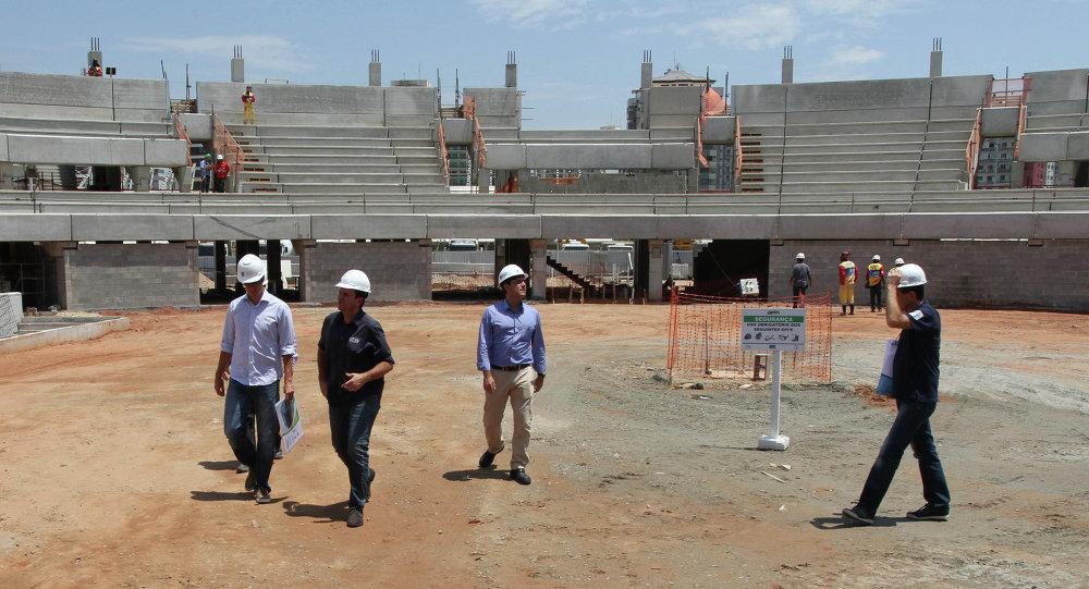 El alcalde de Río de Janeiro, Eduardo Paes, revisa la construcción del Centro de Tenis con capacidad para 19.750 espectadores