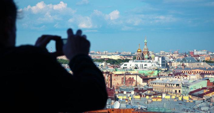 Un turista toma la foto de San Petersburgo