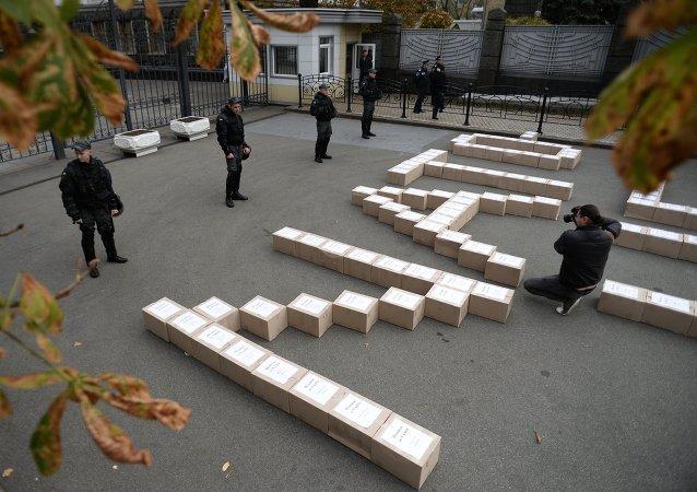 Cajas con las firmas de los ucranianos en apoyo del referéndum sobre la adhesión de Ucrania a OTAN en frente de la administración presidencial
