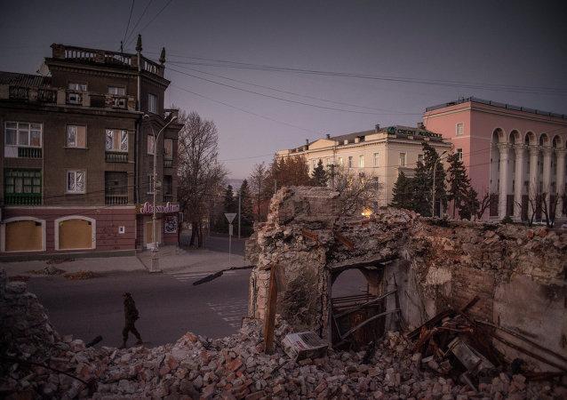 Calles destruidas en Lugansk
