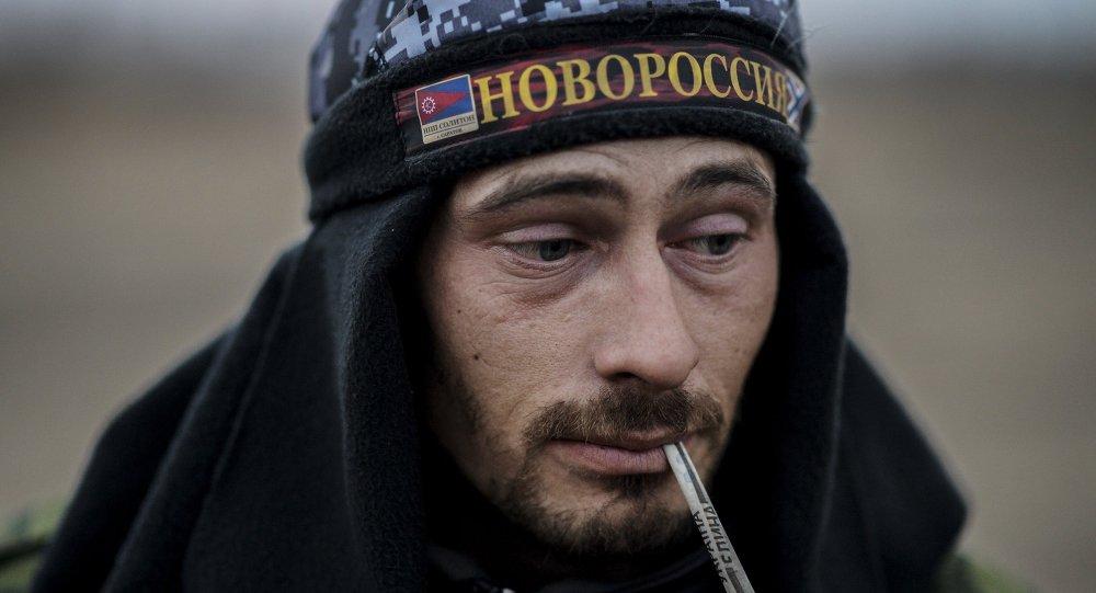 Miliciano de Lugansk con gorra donde se escribe Novorrusia