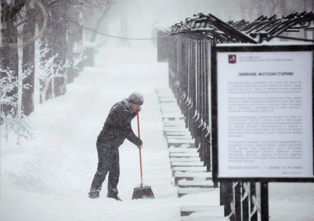 Trabajador extranjero en la calle de Moscú