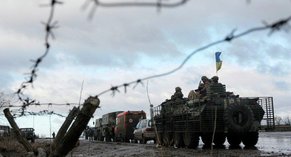 Convoy militar de Ucrania  en la base militar cerca de la ciudad Kramatorsk en este de Ucrania ,24 de Diciembre, 2014