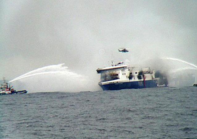 Helicóptero de rescate sobrevuela la quema de ferry Norman Atlántico