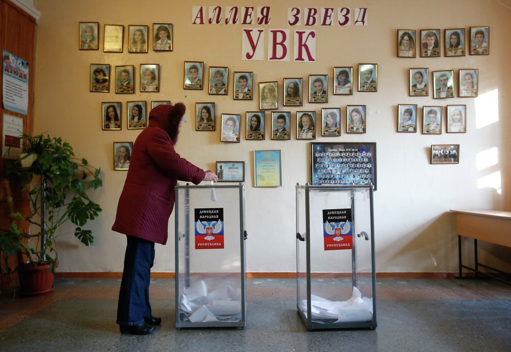 A woman casts a ballot during the self-proclaimed Donetsk People's Republic leadership and local parliamentary elections at a polling station in Donetsk, eastern Ukraine November 2, 2014.