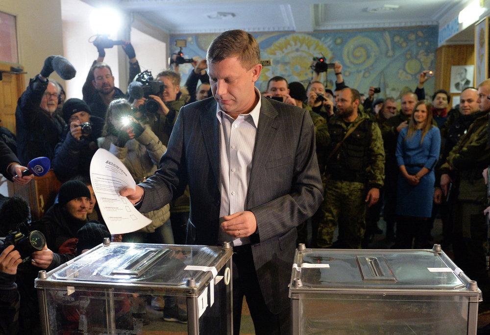 Премьер-министр Донецкой Народной Республики Александр Захарченко голосует на выборах главы ДНР и депутатов Народного Совета республики