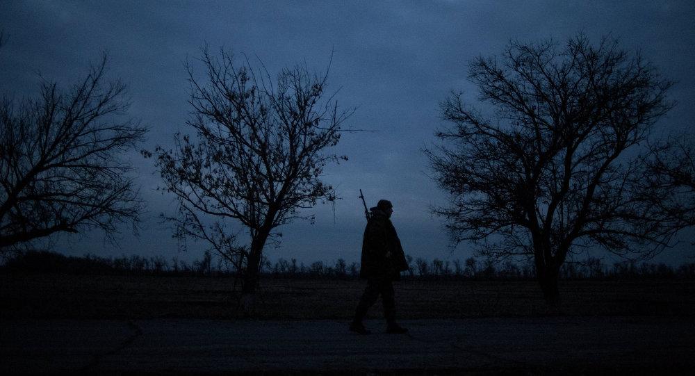 Ополченец Луганской народной республики на первой линии обороны в Славяносербском районе неподалеку от Луганска.