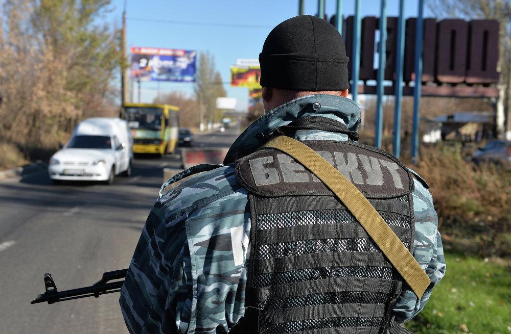 Ополченцы дежурят у стелы на въезде в Донецк