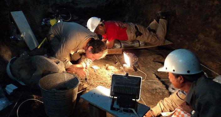Археологи занимаются раскопками храма Quetzalcóatl в Мексике