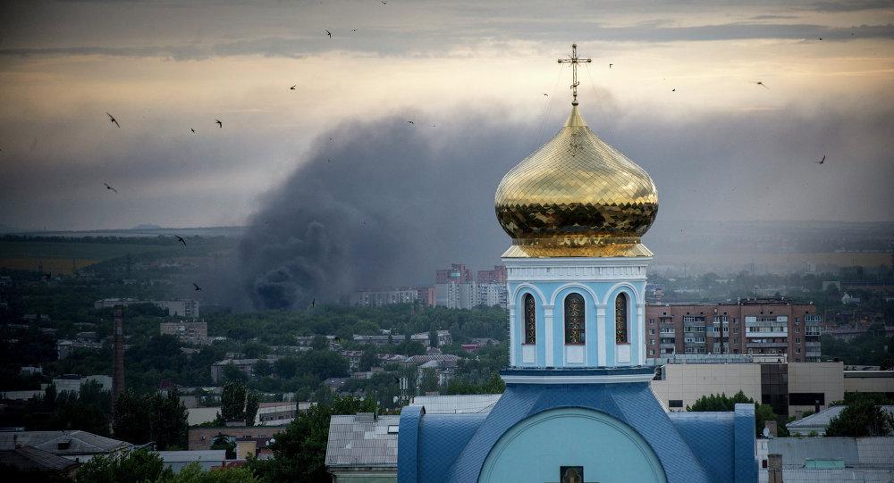 Пожар во время артиллерийского обстрела Луганска