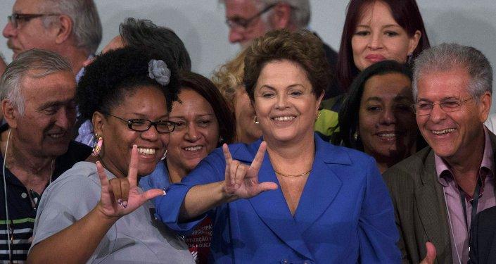 Президент Бразилии Дилма Русефф с участниками национальной конференции по образованию 20 ноября 2014