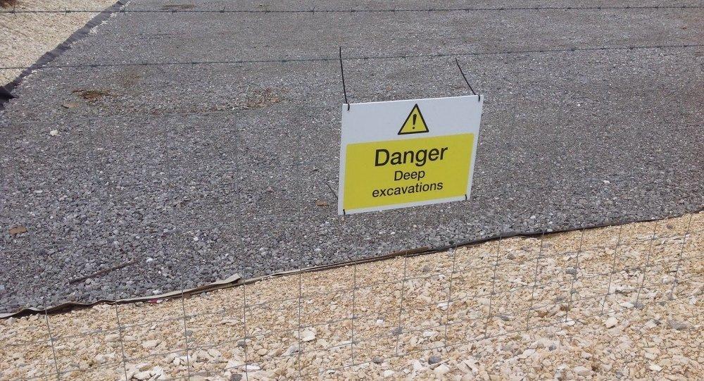 Знак предупреждения о земляных работах, где производится фрекинг, северо-восточная Англия, (Йоркшир)