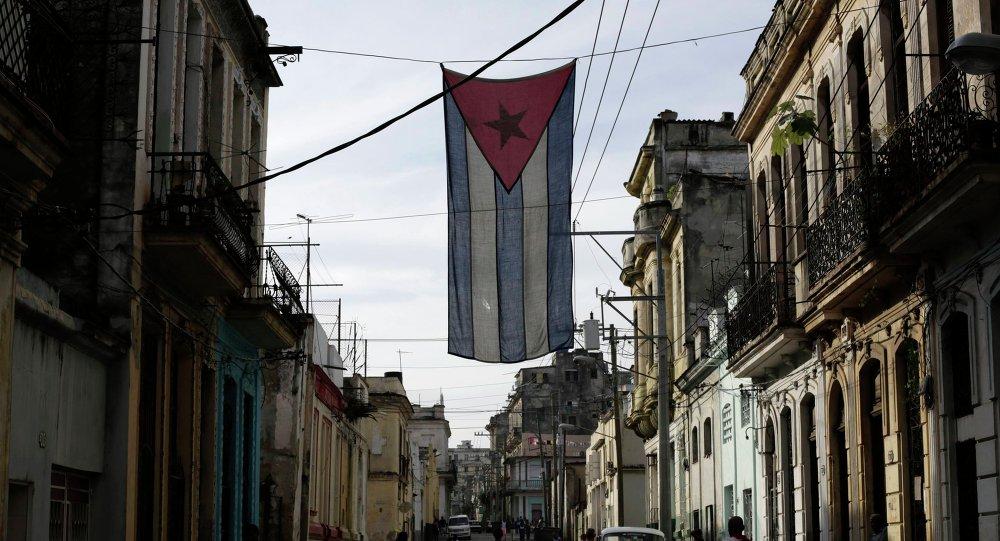 Bandera cubana en una de las calles de La Habana