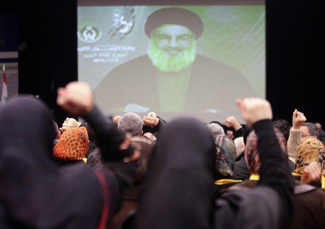 Лидер Хезболлы Хасан Насралла выступает перед своими сторонниками по телеэкрану 9 января 2015 года