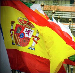 Bandera de España ante el fondo de las banderas de UE
