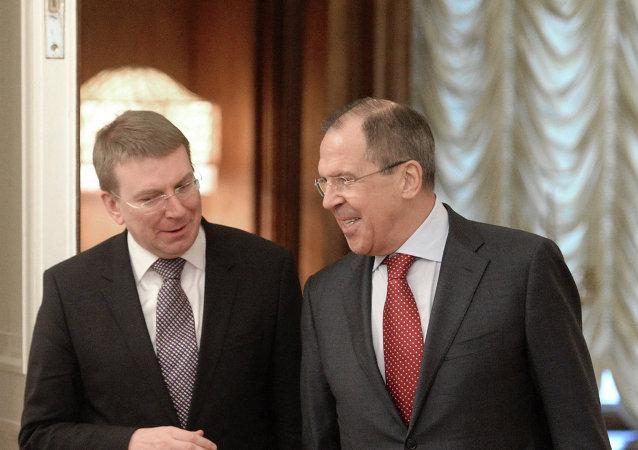 Edgar Rinkevics y Serguéi Lavrov en una conferencia de prensa
