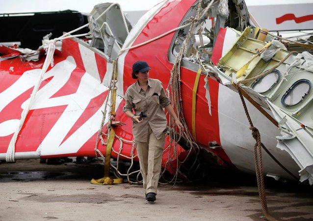 Restos del avión de AirAsia siniestrado en el mar de Java