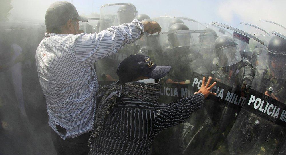 Cuatro heridos en disturbios de padres de 43 desaparecidos en México