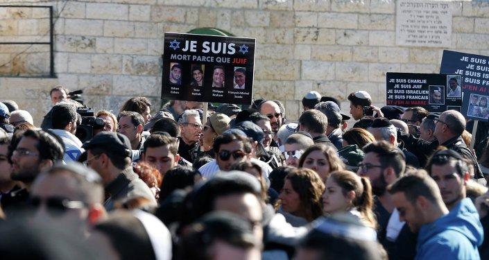 Miles de personas en el cementerio de Givat Shaul, en Jerusalén