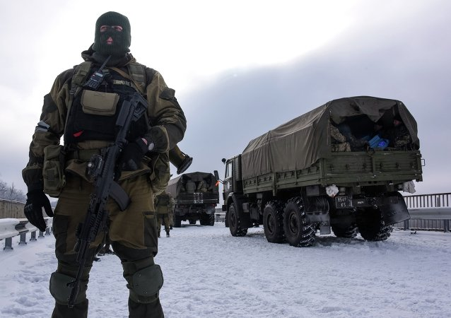 Un miliciano cerca de aeropuerto de Donetsk