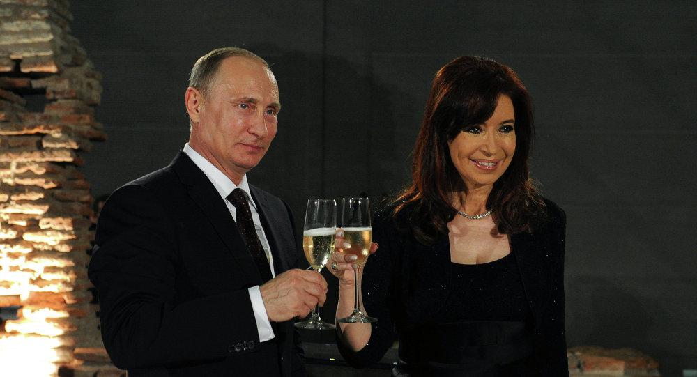 Presidente de Rusia, Vladímir Putin y presidenta de Argentina, Cristina Fernández de Kirchner (Archivo)