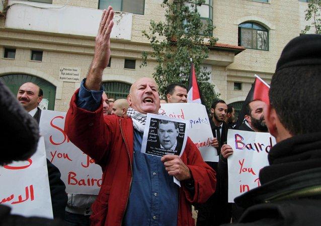 Decenas de palestinos han atacado el vehículo del jefe de la diplomacia canadiense