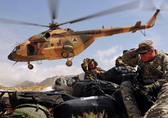 Helicóptero con la ayuda humanitaria llega a una de las aldeas afganas