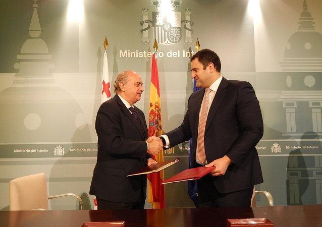 Los ministros del Interior de España, Jorge Fernández Díaz, y Georgia, Aleksandre Chikaidze, durante la reunión que han mantenido hoy en Madrid